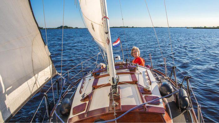 zeilend coachen het water op- rust Schildmeer- ervaar hoe het is om het roer om te gooien