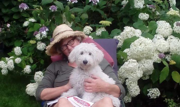 zorg goed voor jezelf -geniet van kleine gewone dingen hondje tuin bloemen